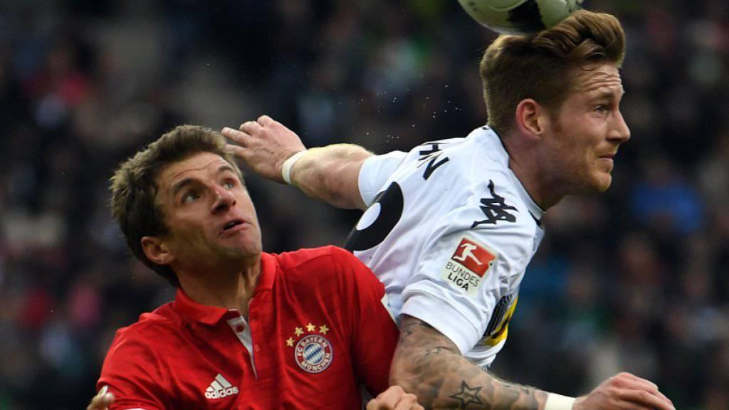 Endlich wieder mit Torerfolg: Bayerns Thomas Müller (li.) kämpft mit Gladbachs André Hahn um den Ball