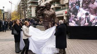 V.l.: Bud Spencers Tochter Cristiana Pedersoli, die Bildhauerin Szandra Tasnadi und der Wasser-Polo-Spieler Gyorgy Karpati enthüllen die Statue des Schauspielers Bud Spencer an der Corvin Promenade in Budapest.
