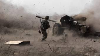 Ein urkrainischer Kämpfer auf dem militärischen Trainingsgelände ausserhalb der Stadt Mariupol im Osten der Ukraine. (Archivbild, 22.9.2015)