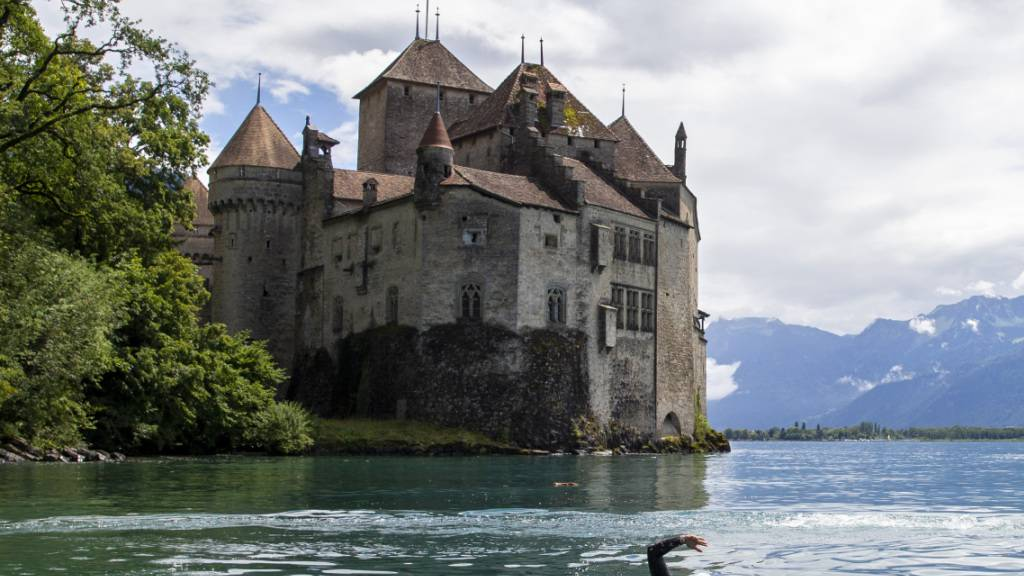 Die Gemeinde Montreux am Genfersee ist Opfer einer Cyber-Attacke geworden. Im Bild das weltberühmte Schloss Chillon. (Archivbild)