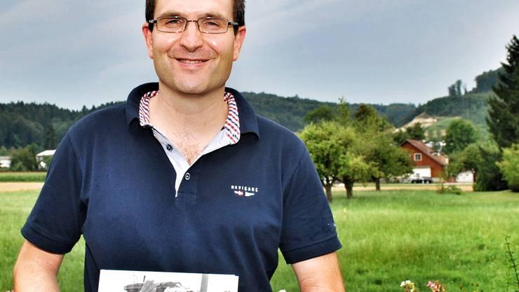 Mit dem Blick gen Westen in die grüne Natur schrieb André Widmer am Wohnzimmertisch sein Buch über Bergkarabach im Osten.