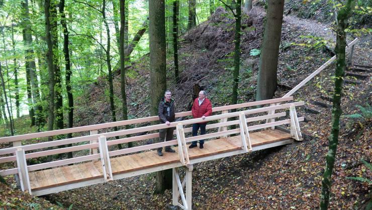 Der Liebespfad trägt seinen Namen schon ewig, die Brücke macht ihn wieder jung: Alfred Hochuli (links) und Karl Niessner testen ihr Werk.