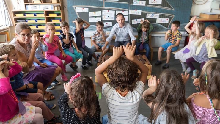 Die Erstklässler im Kanton Zürich müssen ab August 2018 zwei Lektionen mehr pro Woche in die Schule. Dagegen regt sich in Dietikon Widerstand.