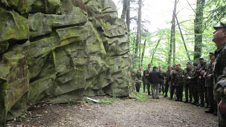 Deutsche und Schweizer Soldaten beim Bunkereingang