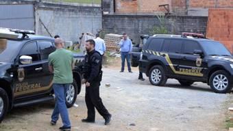 Die Fluchtfahrzeuge wurden nach dem Raub in einem Stadtviertel von Sao Paulo sichergestellt: Sie trugen goldene Aufkleber - ähnlich wie jene der brasilianischen Bundespolizei.