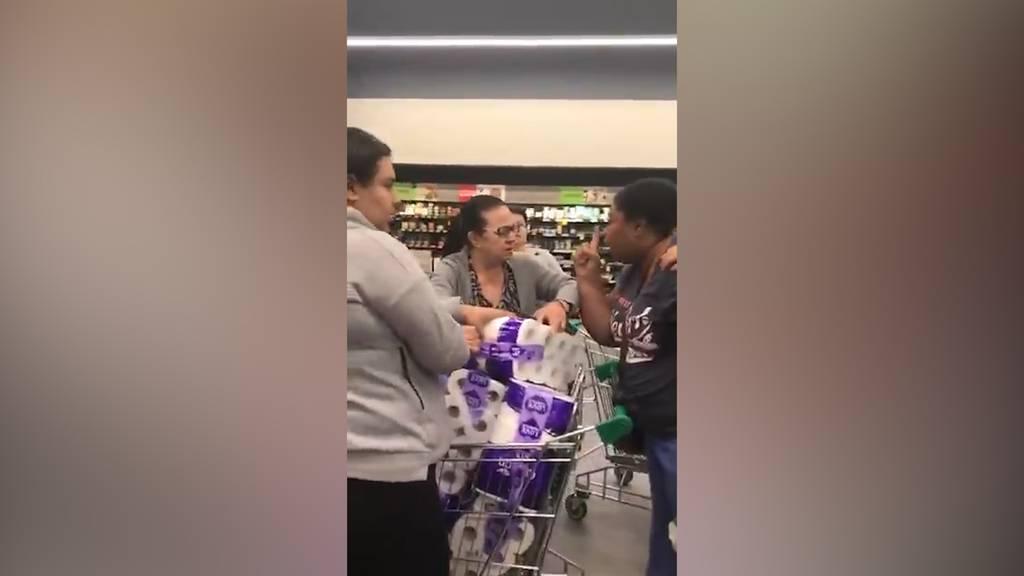 Frauen prügeln sich im Supermarkt um Klopapier