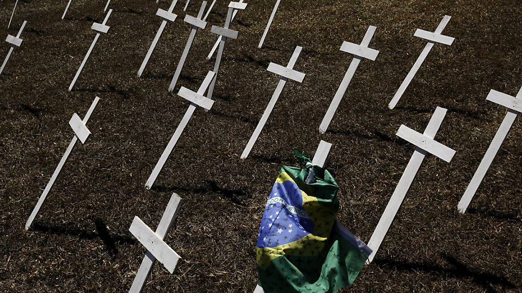In Brasilien nimmt die Zahl der Personen, die an der Lungenkrankheit Covid-19 gestorben sind, weiter rasant zu. Staatspräsident Jair Bolsonaro ist ebenfalls positiv auf das Virus getestet worden.(Archivbild)