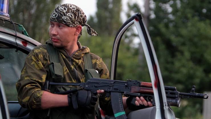 Ukrainischer Separatist bei einer Strassensperre.