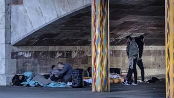 Bettler schlafen in Basel unter der Heuwaage-Unterführung.