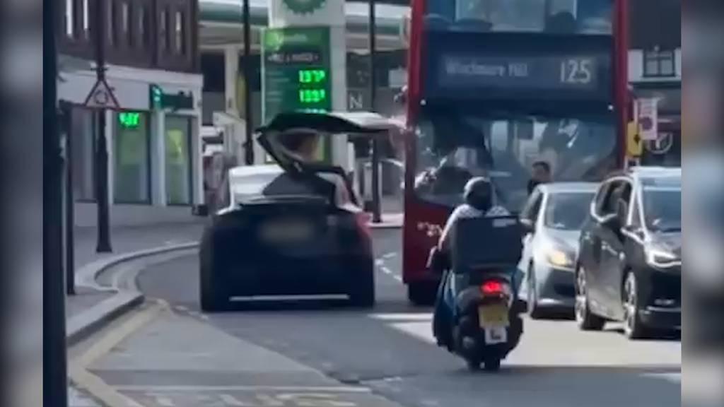 Tesla knallt mit offener Flügeltür gegen Doppeldeckerbus