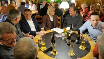 Landammann Urs Hofmann, das Bierglas in den Händen, stellte sich mit Sachverstand und Humor den vielen Fragen und Anliegen.