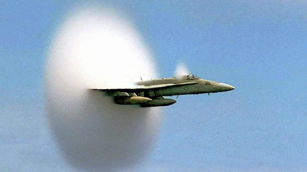 Ein Kampfflugzeug löst einen Überschallknall aus.