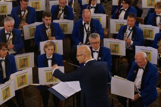 Stadtmusik Dietikon spielt Filmmusik aus The Rock.