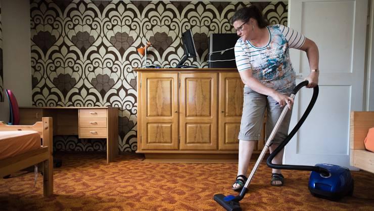 Silvia Stöckli legt vor dem Einzug der Flüchtlingesfamilie selber Hand an und putzt die Wohnung.