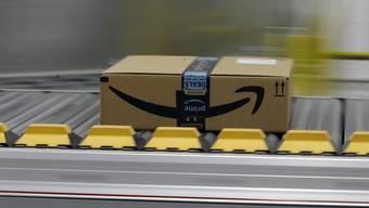 Ein Paket des Online-Händlers Amazon in einem Verteilzentrum des Firmengiganten im kalifornischen Sacramento. (Archivbild)