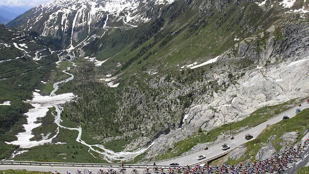Der Tour-de-Suisse-Tross 2018 beim Aufstieg zum Furkapass