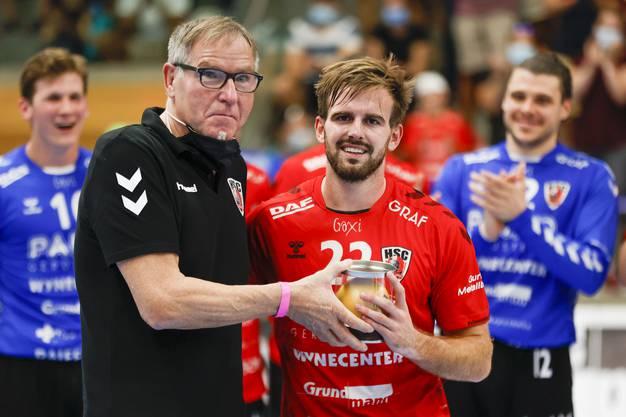 Sergio Muggli bekommt beim Sieg gegen Wacker Thun von HSC-Präsident René Zehnder die Auszeichnung als bester Spieler überreicht