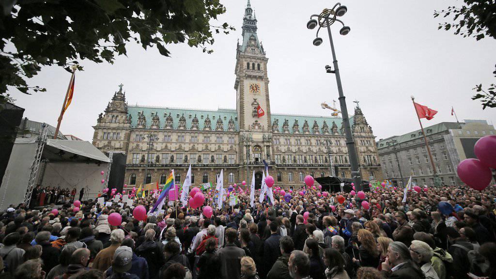 Demonstranten vor dem Rathaus in Hamburg. (Keystone)