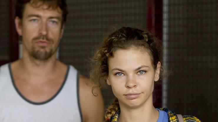 """Anastasia Waschukewitsch (rechts) und """"Sex Trainer"""" Alexander Kirillow auf dem Weg ins Gefängnis in Pattaya, südlich von Bangkok (Aufnahme vom 28. Februar 2018)."""