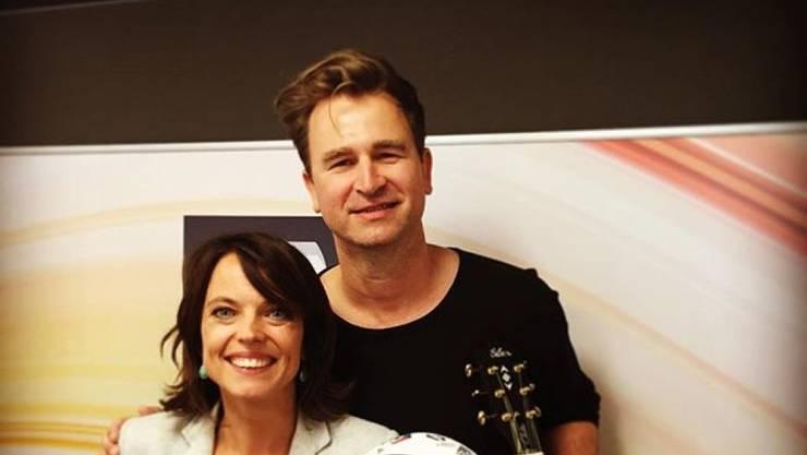 """Gustav mit Moderatorin Mona Vetsch letzte Woche bei der Premiere seines EM-Songs """"Tous Ensembles"""" bei Radio SRF 3. Da seine Cello-Fähigkeiten noch etwas unterdurchschnittlich sind, begleitete er sich auf seinem Erstinstrument, der Gitarre. (Pressebild)"""