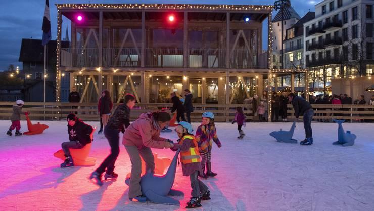 Vom doppelstöckigen Restaurant hat man den besten Blick auf die neue Eisbahn auf dem Theaterplatz.