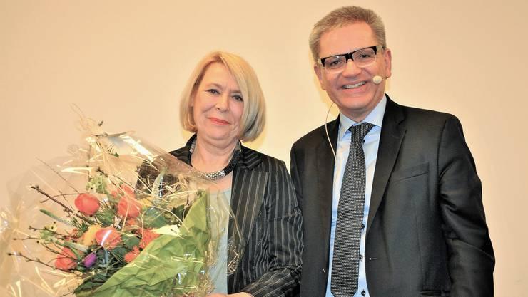 Die geehrte Petra Kaderli posiert mit Gemeindepräsident Melchior Buchs.