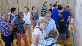 Das Interesse der Einwohner von Oberrüti war gross an der Präsentation der verschiedenen Vorschläge; hier bestaunt man das Siegerprojekt.