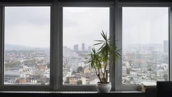 Da die Fenster keine typischen Kunststofffenster-Auffälligkeiten besitzen, können diese gut mit einer Holz ähnlichen Farbe gestrichen werden, urteilte das Zürcher Verwaltungsgericht. (Symbolbild)