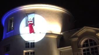 Zur Eröffnung des Weihnachtsmarktes wollte sich Père-Noël an der Rathausfassade hinunterhangeln.