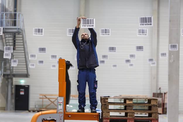 Das ganze System funktioniert papierlos. Die Strichcodes zeigen, wo die Waren hingestellt werden. Ab hier werden sie auf die Lastwagen verladen.