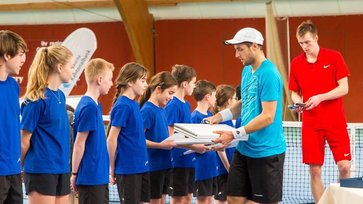 Roger-Federer-Kalender und Schokolade für die Ballkids.