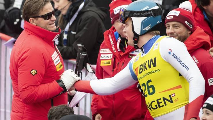 Swiss-Ski-Präsident Urs Lehmann gratuliert in Wengen dem Zürcher Fahrer Niels Hintermann