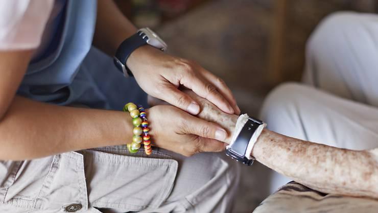 Wie teuer das letzte Lebensjahr wird, hängt auch davon ab, ob Sterbende im Spital oder zu Hause betreut werden. (Symbolbild)