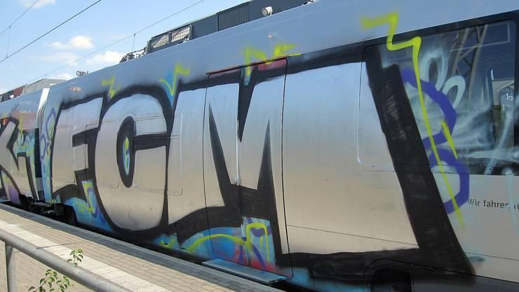 Im August vergangenen Jahres stoppten vermummte Angreifer einen Zug in Magdeburg und besprühten diesen mit Graffiti-Schriftzügen.
