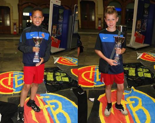 Robin und Noah mit dem kostbaren Swarovski-Siegerpokal aus Wattens.