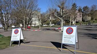 Die Schule ist zu, die Lehrer benötigen den Parkplatz nicht - jetzt ist er für das Spital Limmattal reserviert.