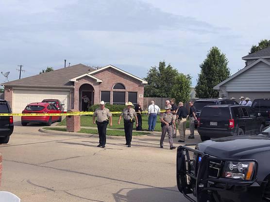 Polizisten in Texas untersuchen ein Haus, in dem  fünf Menschen erschossen aufgefunden wurden.