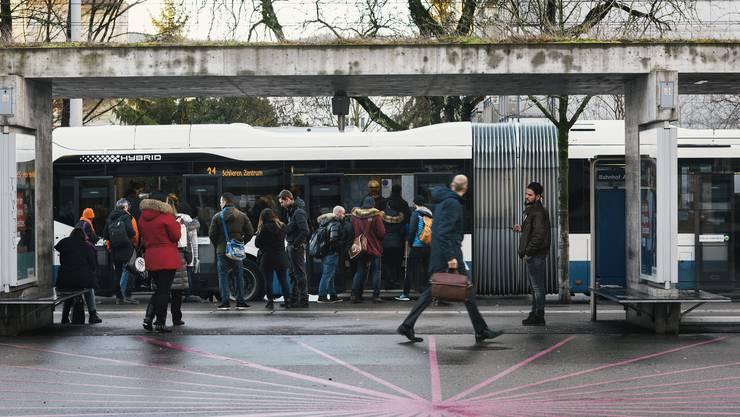 Pendlerinnen und Pendler an einer Bushaltestelle in Zürich Altstetten. (Archivbild)