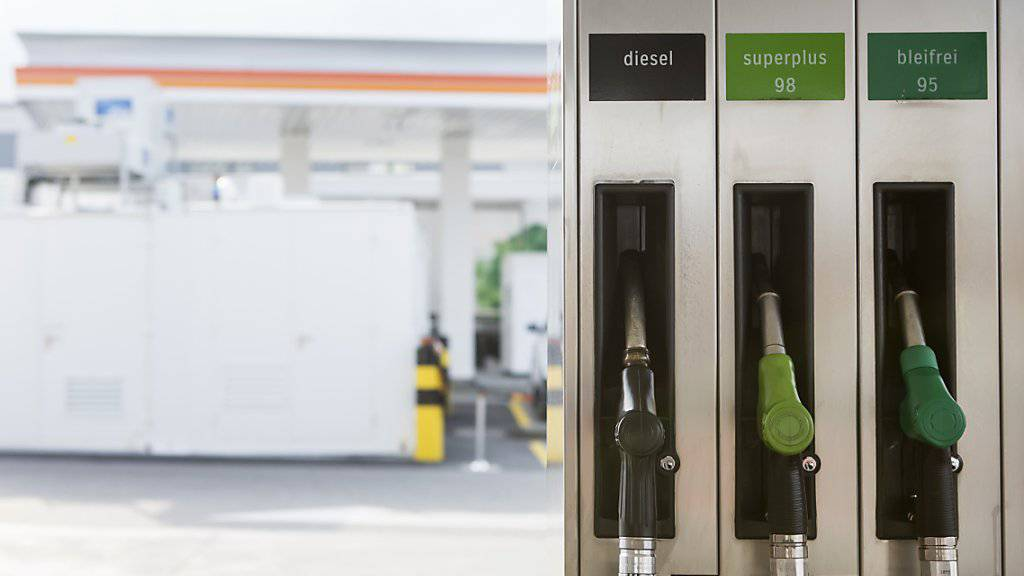 Nach einem Minus im Januar hat der Detailhandel im Februar dank Benzinpreisen zugelegt. (Symbolbild)