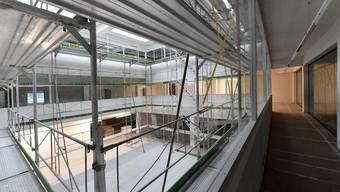 Dank der neuen Fenster in der Fassade wurde der Innenraum aufgehellt. Um diesen verteilen sich die zu vermietenden Flächen.