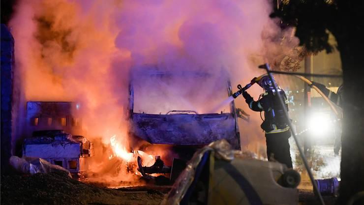Löscharbeiten in Nantes: In den Banlieue-Vierteln brennen nachts die Autos. Franck Dubray/AP/Keystone