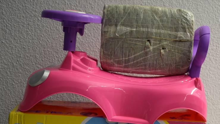 In einem Spielzeugauto war ein Kilogramm Marihuana versteckt.