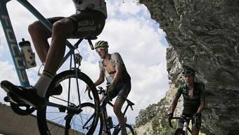 Adam Yates (Bildmitte) triumphiert in San Sebastian