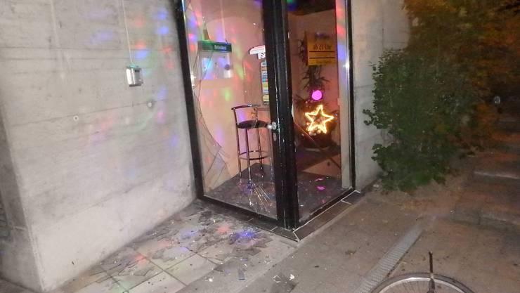 Beim Streit zweier Asylsuchender ging die Glastüre des Nachtlokals in Brüche.