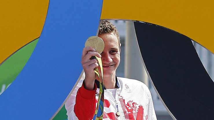 Alistair Brownlee zeigt seine Goldmedaille.
