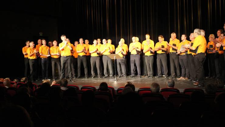Zusammen mit 6 Chorschülern begeisterten die Fricker Männerchörler in fricks monti!