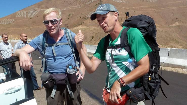 Christoph Obmascher (l.) und Simon Niggli: Im Gespräch mit der deutschen Reisegruppe auf dem Kamchik-Pass.