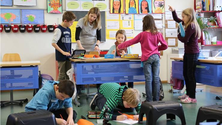 In der Klasse von Eveline Aemmer wird auf den Pulten und auch am Boden fleissig eifrig getüftelt und geforscht.