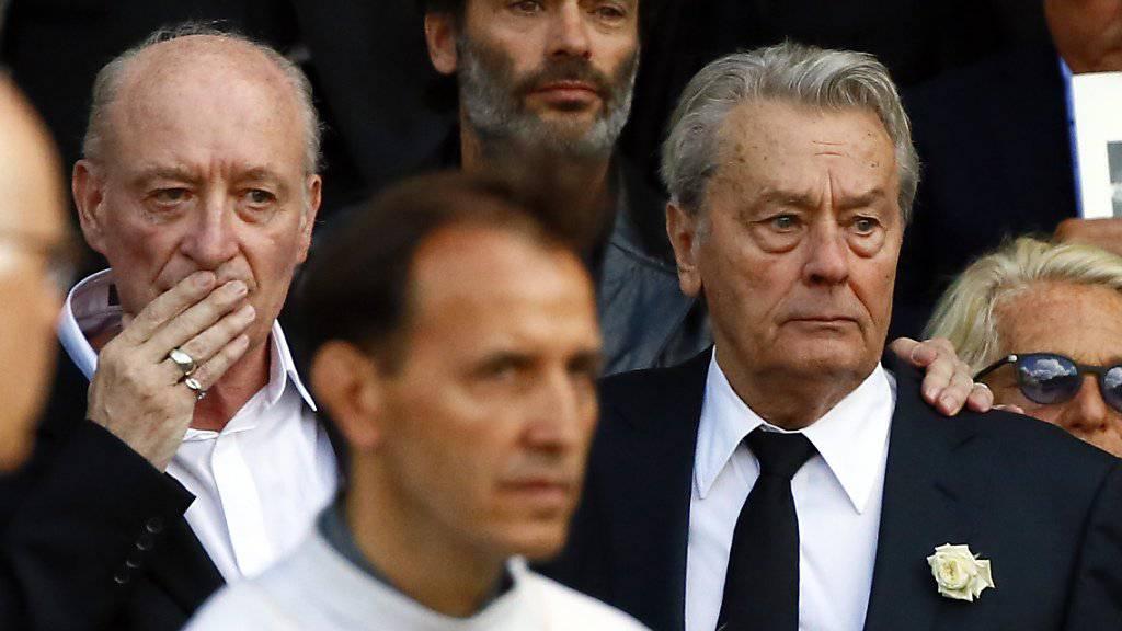 Mireille Darcs langjähriger Lebensgefährte Alain Delon (r) und der Witwer Pascal Deprez (l) beim Verlassen der Trauerfeier für die verstorbene Schauspielerin.