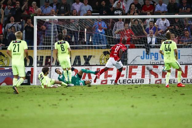 Der entscheidende Moment – Carlos Silvio erzielt das Tor gegen Steven Deana.